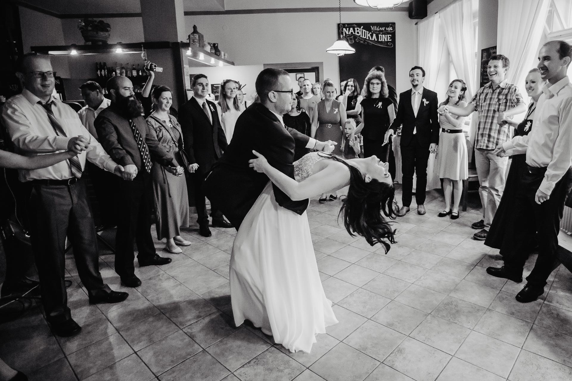 svatební-fotograf-zámek-Kačina-svatebni-fotograf-Kutná-Hora-393