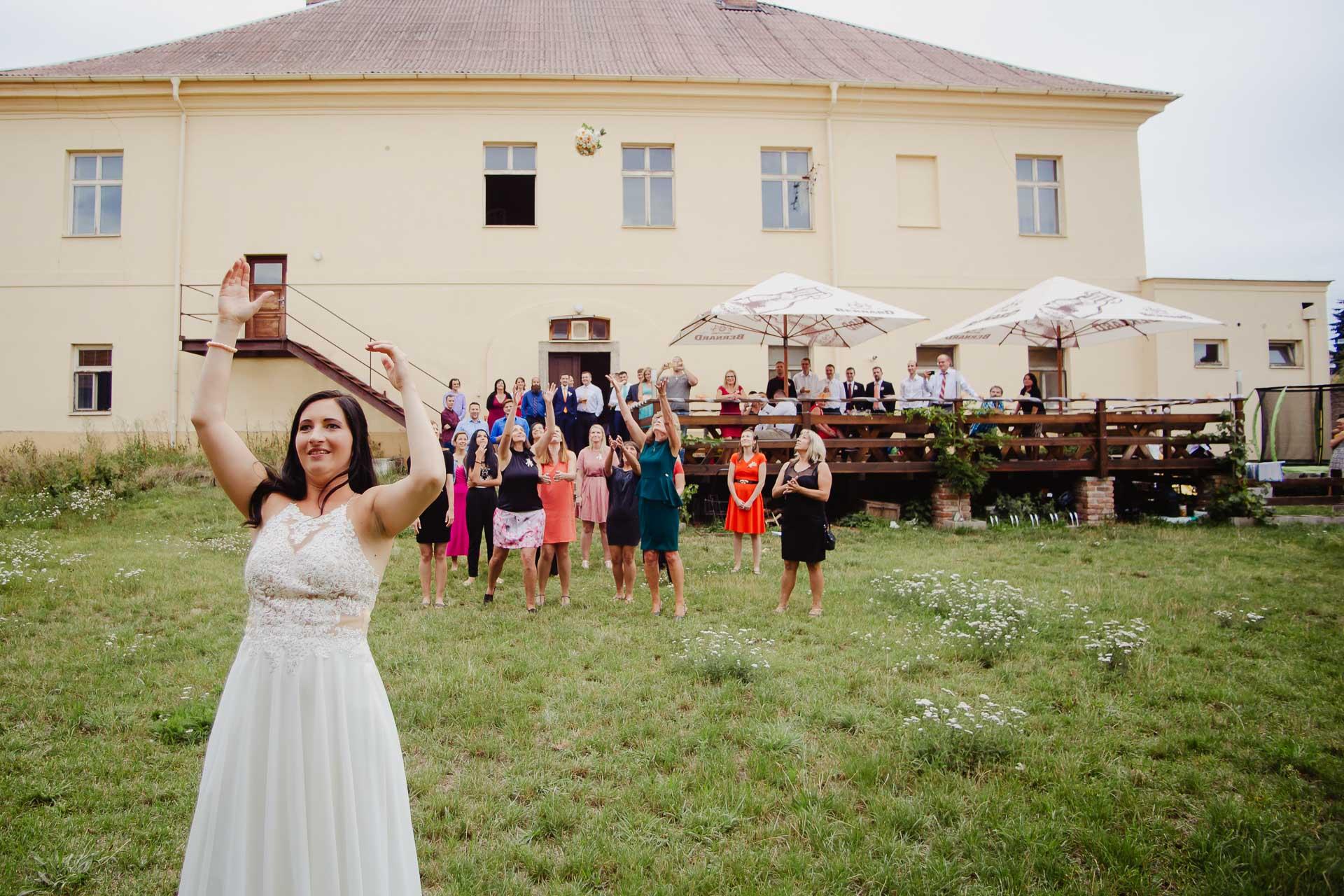 svatební-fotograf-zámek-Kačina-svatebni-fotograf-Kutná-Hora-437