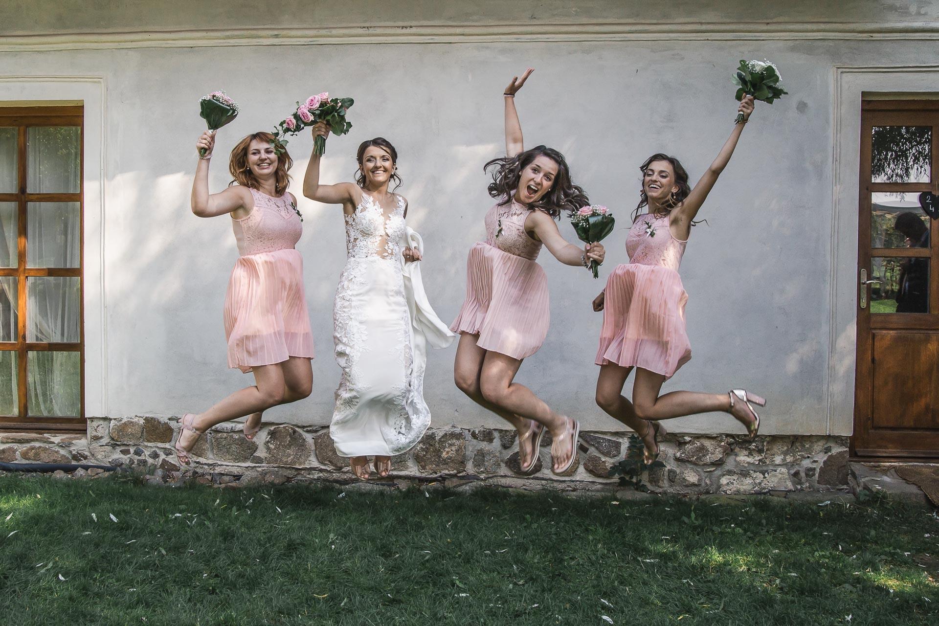 svatební-fotograf-wedding-svatebni-video-orlík-vltava-kostel-statek-stodola-boho-svatba-Beautyfoto-422