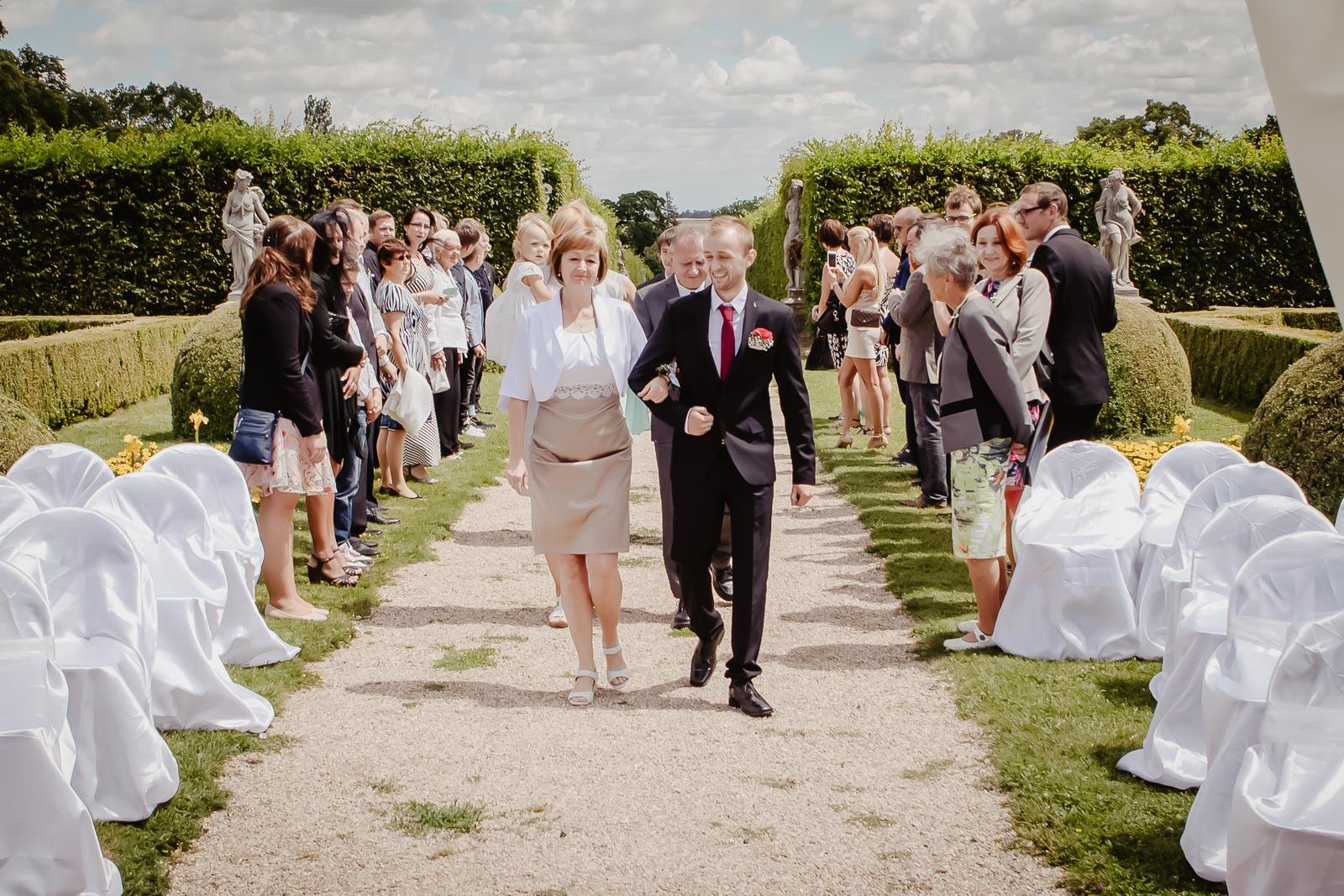 Svatba venku příprava svatebního obřadu Lysá na Labem, svatební agentur, příchod ženicha