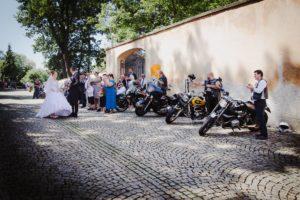 Motorkářská svatba na zámku Brandýs nad Labem, svatební fotografie, svatební foto motorky