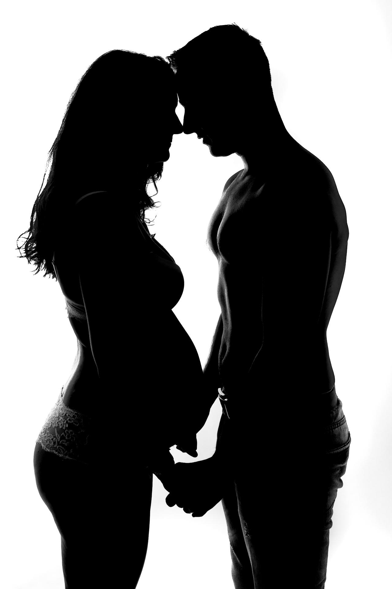 Ateliérová těhotenská fotografie, těhotenská silueta, černobílá těhotenská fotografie, profesionální ateliérové těhotenské fotografie Lysá nad Labem