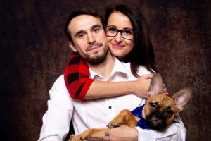 párové fotografování se psem v ateliéru, domácí miláček, pejsek, pes, rodinné focení