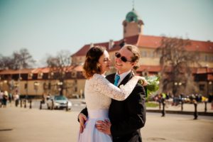 párové fotografování na náměstí v Poděbradech, jarní rozkvetlá svatba, veselá svatba, malá svatba