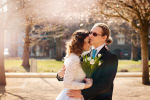 novomanželé v parku v Poděbradech, fotografování od studio Beautyfoto, svatba v rozkvetlém jarním parku